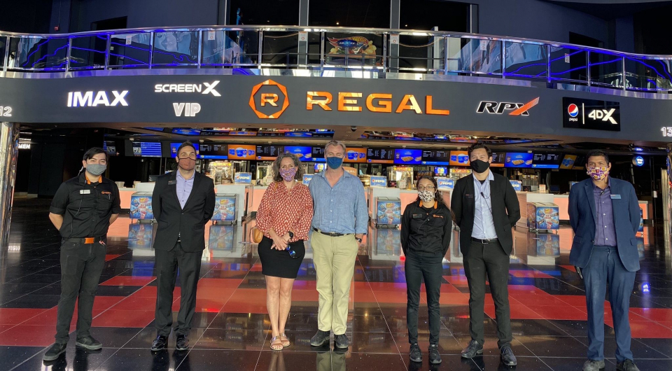 Сотрудники кинотеатра Regal Edwards Spectrum в калифорнийском Ирвайне запечатлели Кристофера Нолана с супругой Эммой Томас, когда те пришли на сеанс подростковой романтической комедии «Галерея разбитых сердец» кинокомпании TriStar (подразделение Sony). Соответствующая запись появилась в официальном твиттере Regal – второй по величине сети кинотеатров в США и мире.